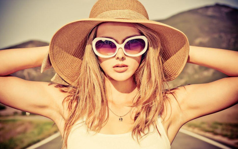 femme cheveux en été