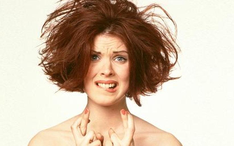 femme avec cheveux indisciplinés