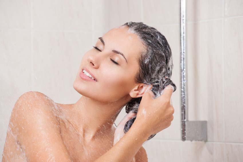 Gommage cheveux avec du sucre dans son shampoing