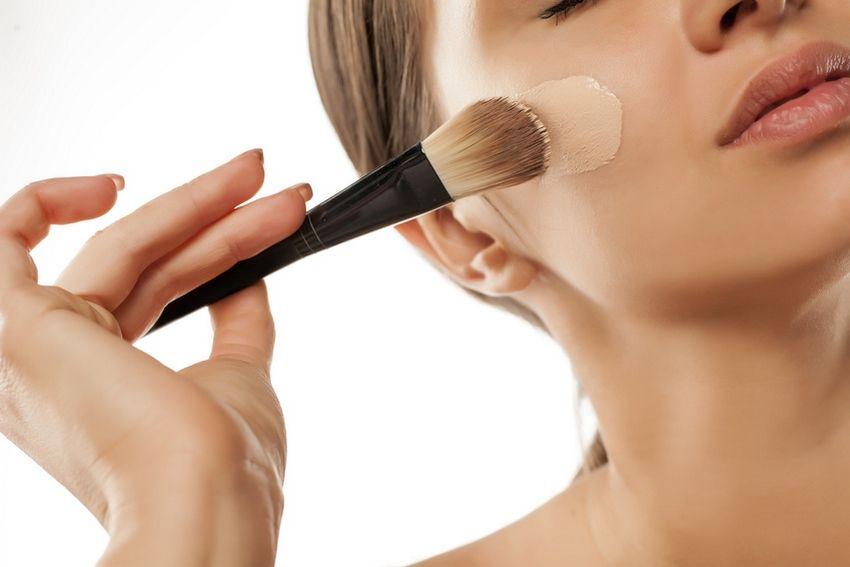 camoufler son acné avec du maquillage anti-acné