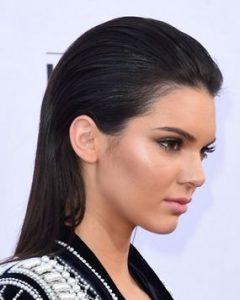 Coiffures pour cheveux gras : Tout plaquer en arrière