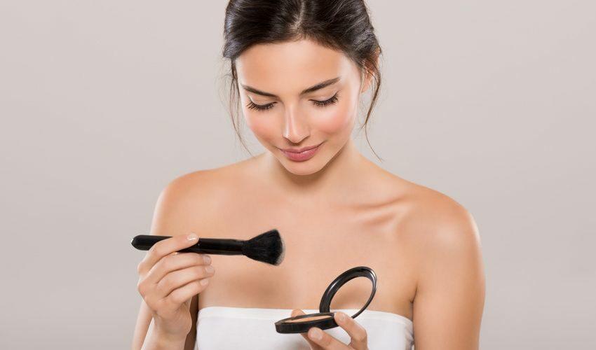 cacher un bouton avec les bons gestes et la bon maquillage