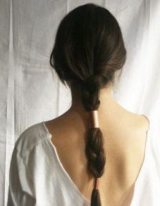 Coiffures pour cheveux gras : Tresse futuriste