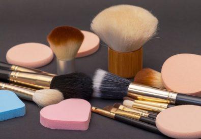 Éponge ou pinceau pour maquiller les peaux à imperfections
