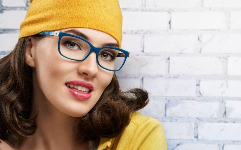 Les femmes porteuses de lunettes se posent beaucoup de questions sur la façon de mettre en valeur leurs yeux, leur visage et leurs sourcils. Dans cet article, je vous présente certaines idées intéressantes et utiles qui vous aideront à vous sublimer malgré le port de lunettes de vue. Voici mes meilleurs conseils make-up quand on porte des lunettes !
