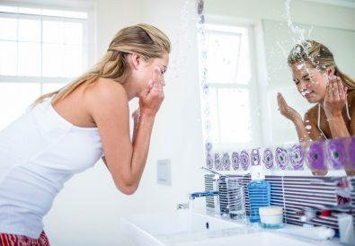 démaquiller une peau acnéique