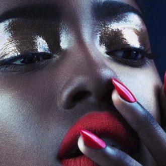 Vernis rouge sur peau noire