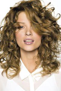 quelle coupe porter en fonction de la nature de ses cheveux : cheveux bouclés mi-longs