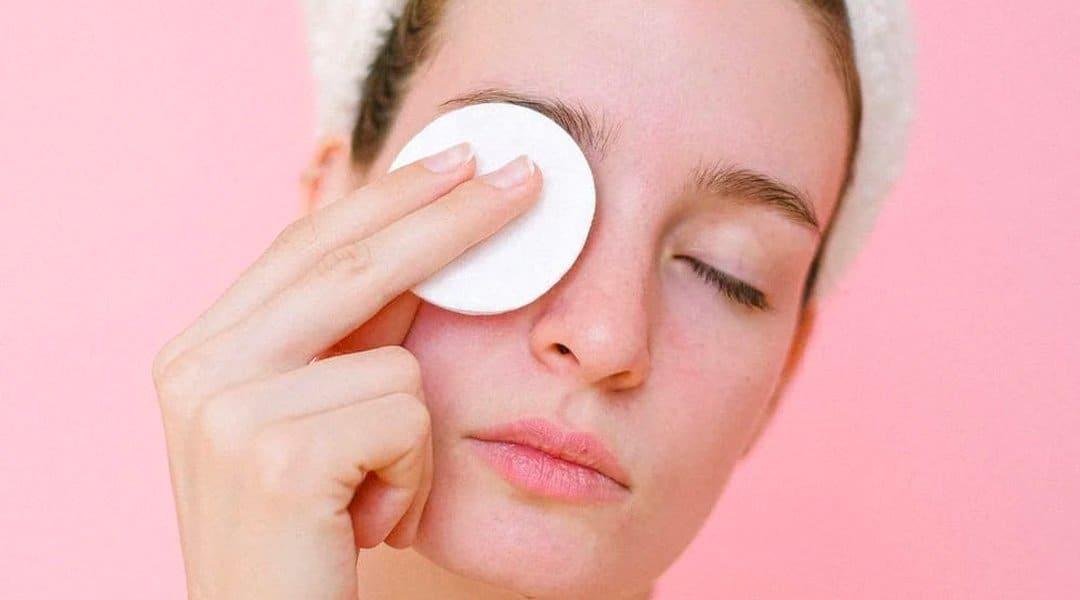 bien démaquiller une peau acnéique