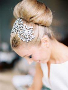 inspirations coiffures pour mariage : Chignon haut orné d'un bijou