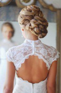 inspirations coiffures pour mariage : Chignon pêle-mêle de mèches