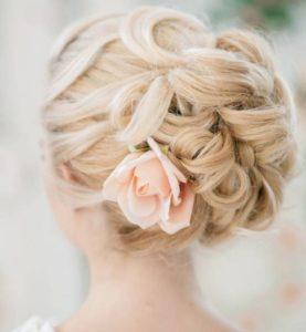 inspirations coiffures pour mariage : Chignon torsadé avec une touche sensuelle