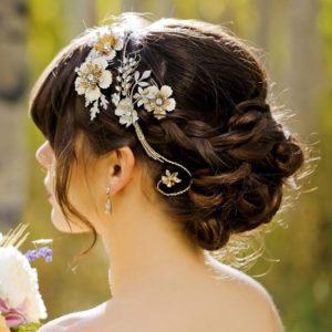 inspirations coiffures pour mariage: Chignon tressé avec un joli bijou de tête