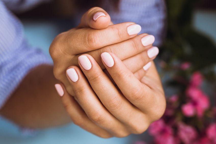 Les gestes à bannir pour prendre soin de ses ongles