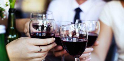 Boire un verre de vin rouge par jour : bonne ou mauvaise idée ?