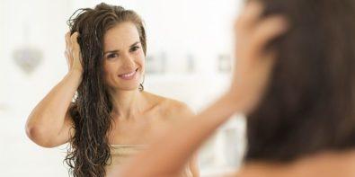 Dormir les cheveux mouilles : bonne ou mauvaise idée ?