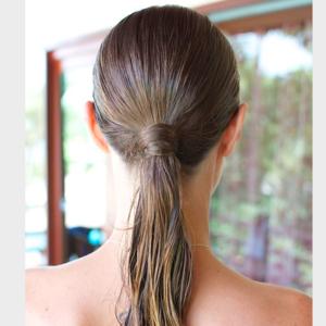 Se coiffer quand il pleut avec une queue-de-cheval avec un gel effet mouillé