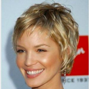 Coupe courte cheveux ondulés