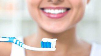 Dentifrice à l'argile, en avant pour des dents blanches