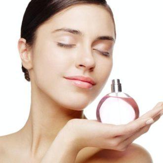 Femme avec un parfum