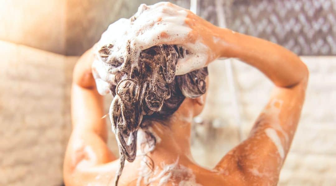 Pourquoi faut-il changer de shampoing régulièrement ?