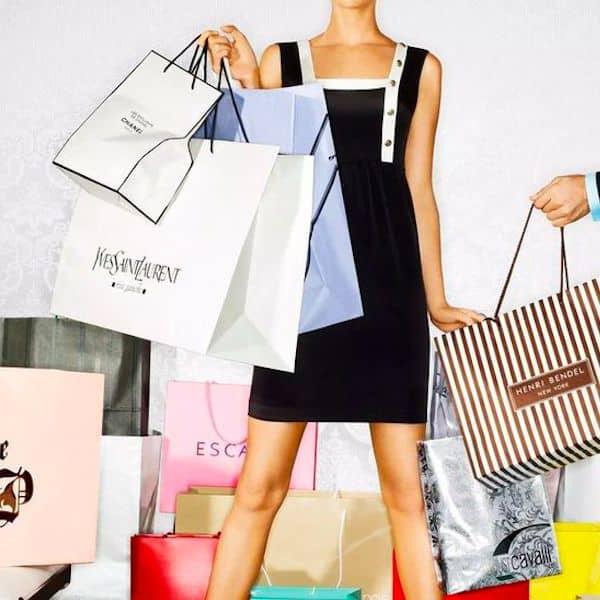 Femme avec sacs de shopping