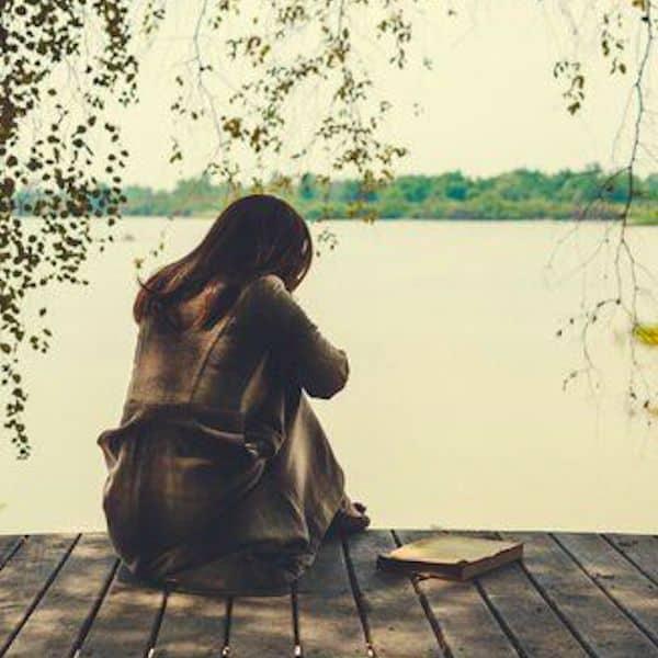Femme qui fait son deuil