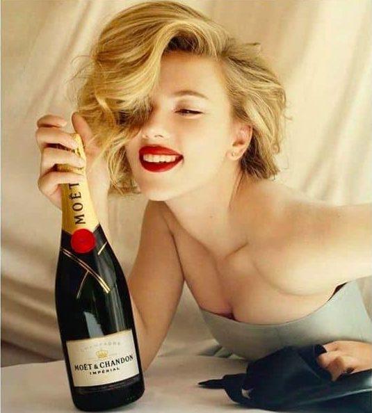 Scarlett Johansson pose pour Moet & Chandon