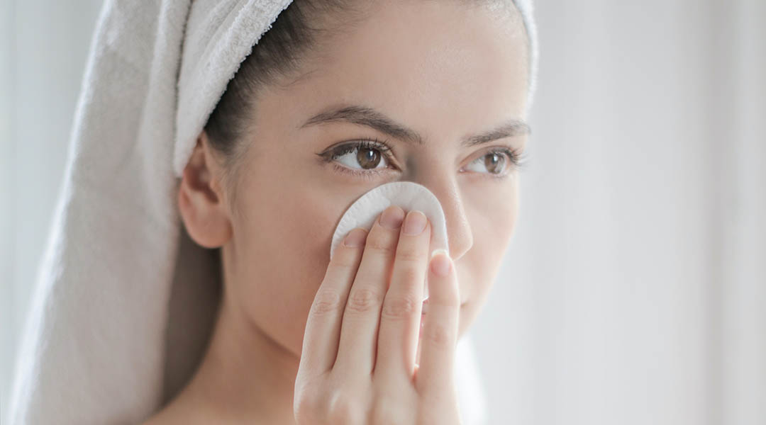 femme qui nettoie sa peau