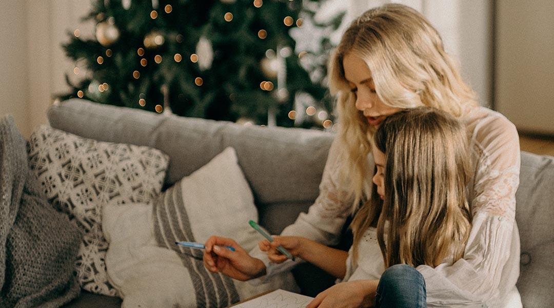 mere et sa fille dessinent