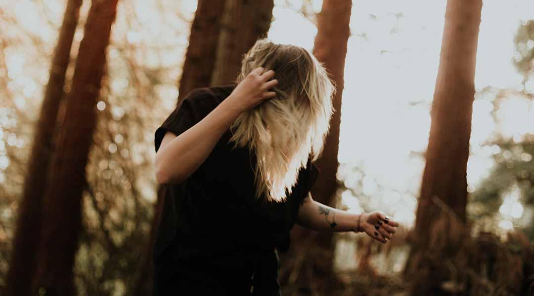 Femme stressée dans la forêt