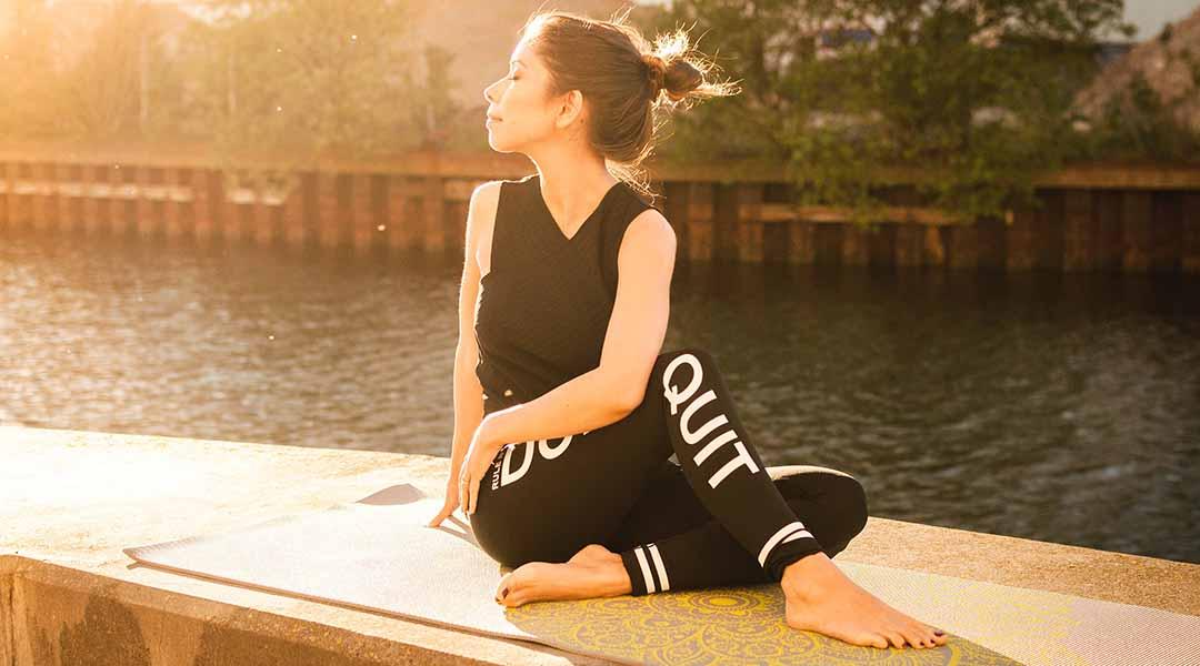 Femme en tailleur faisant du yoga