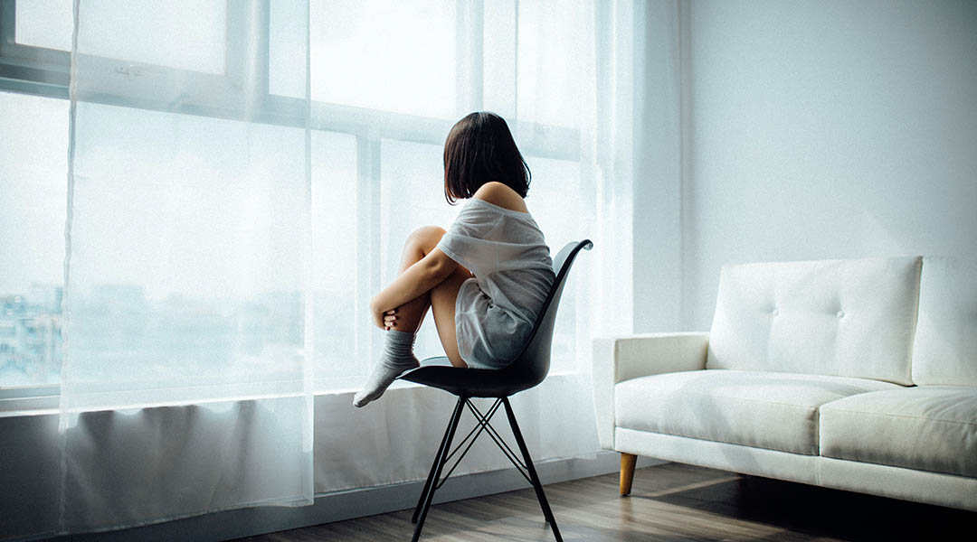Femme qui déprime en restant enfermée