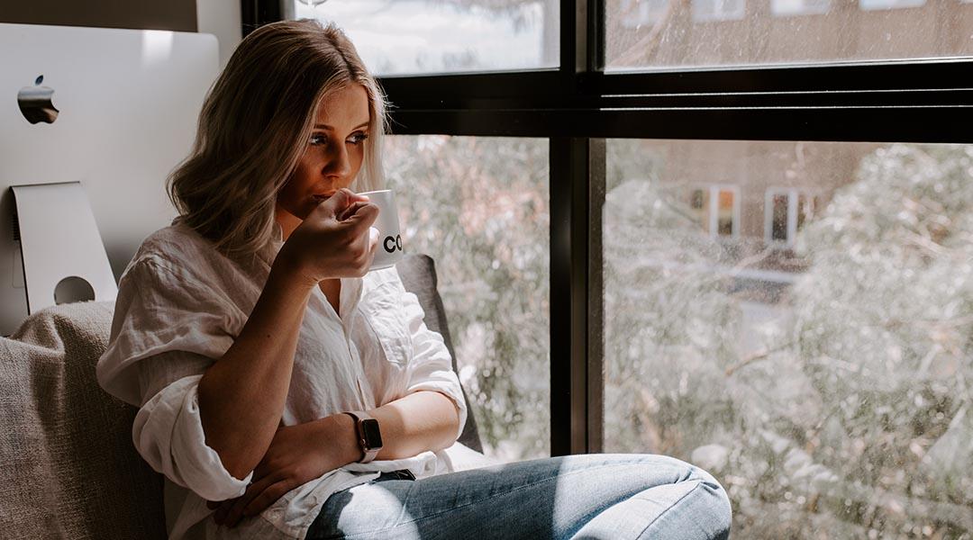 fille qui boit un thé
