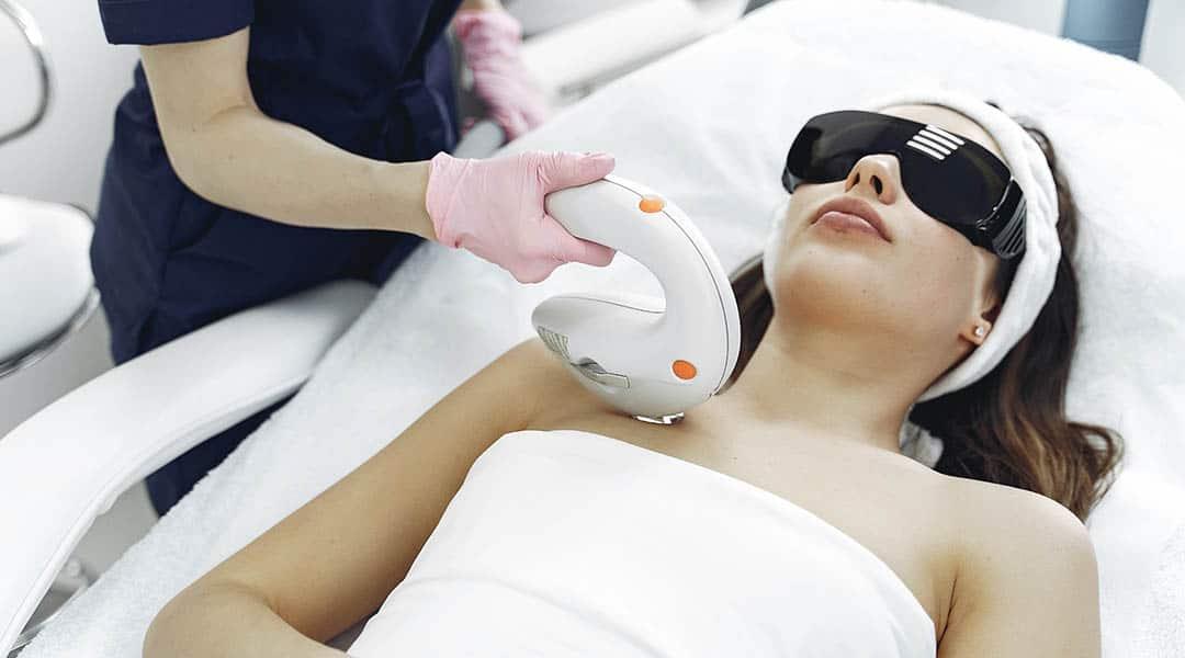 femme qui fait un soin laser visage