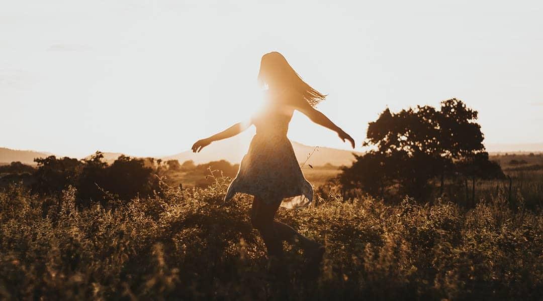 Femme libre dans les champs