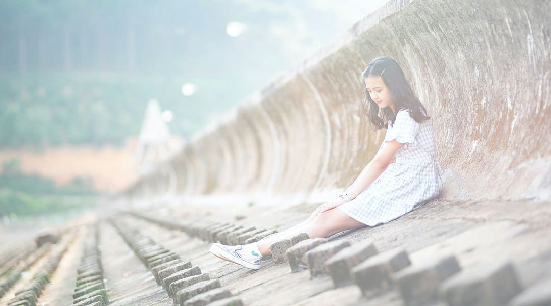 Petite fille en robe blanche