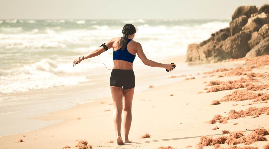 femme sport a la plage