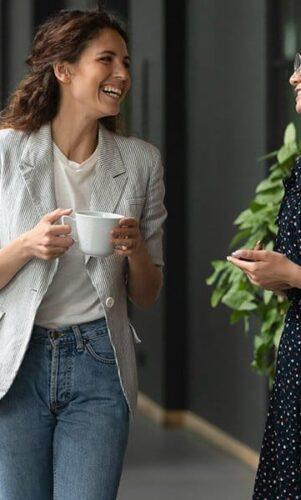 Des collègues qui discutent ensemble pendant une pause café
