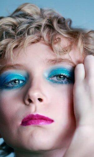 Tendance : le maquillage bleu électrique pour les yeux